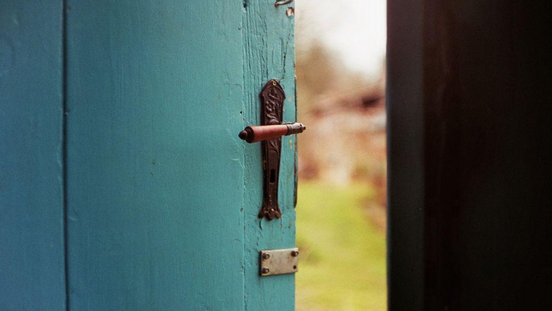 Günah Kapıda Pusuya Yatmıştır